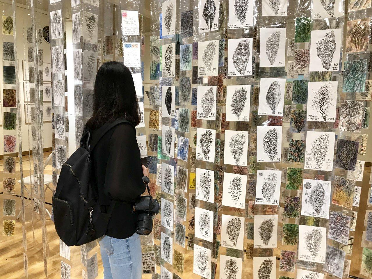 《夢之島嶼》展覽中呈現100幅台灣島畫作,以及900張從世界各國寄回台灣的台灣島...