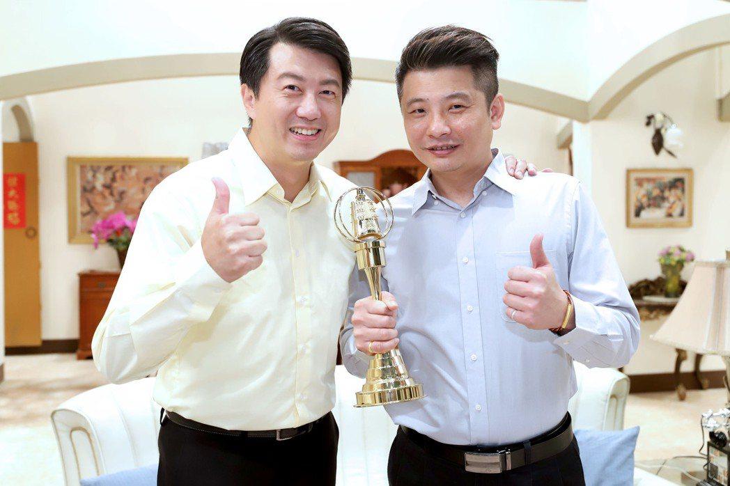 蔡佳麟(右)回歸「大時代」,吳皓昇給祝福。圖/民視提供