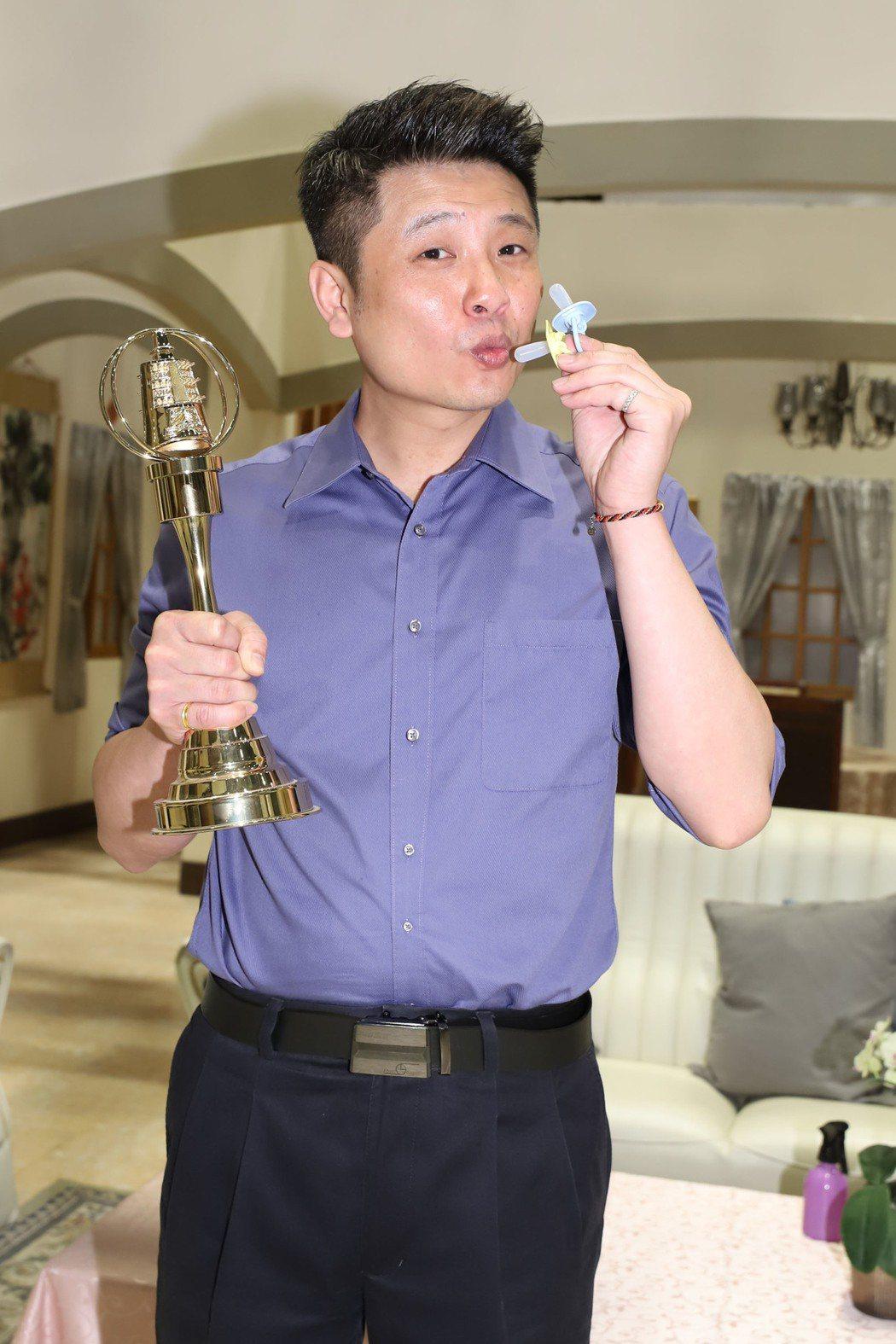 蔡佳麟剛剛喜獲第二個麟兒,一手拿奶嘴、一手拿金鐘獎座,希望一舉得獎。圖/民視提供