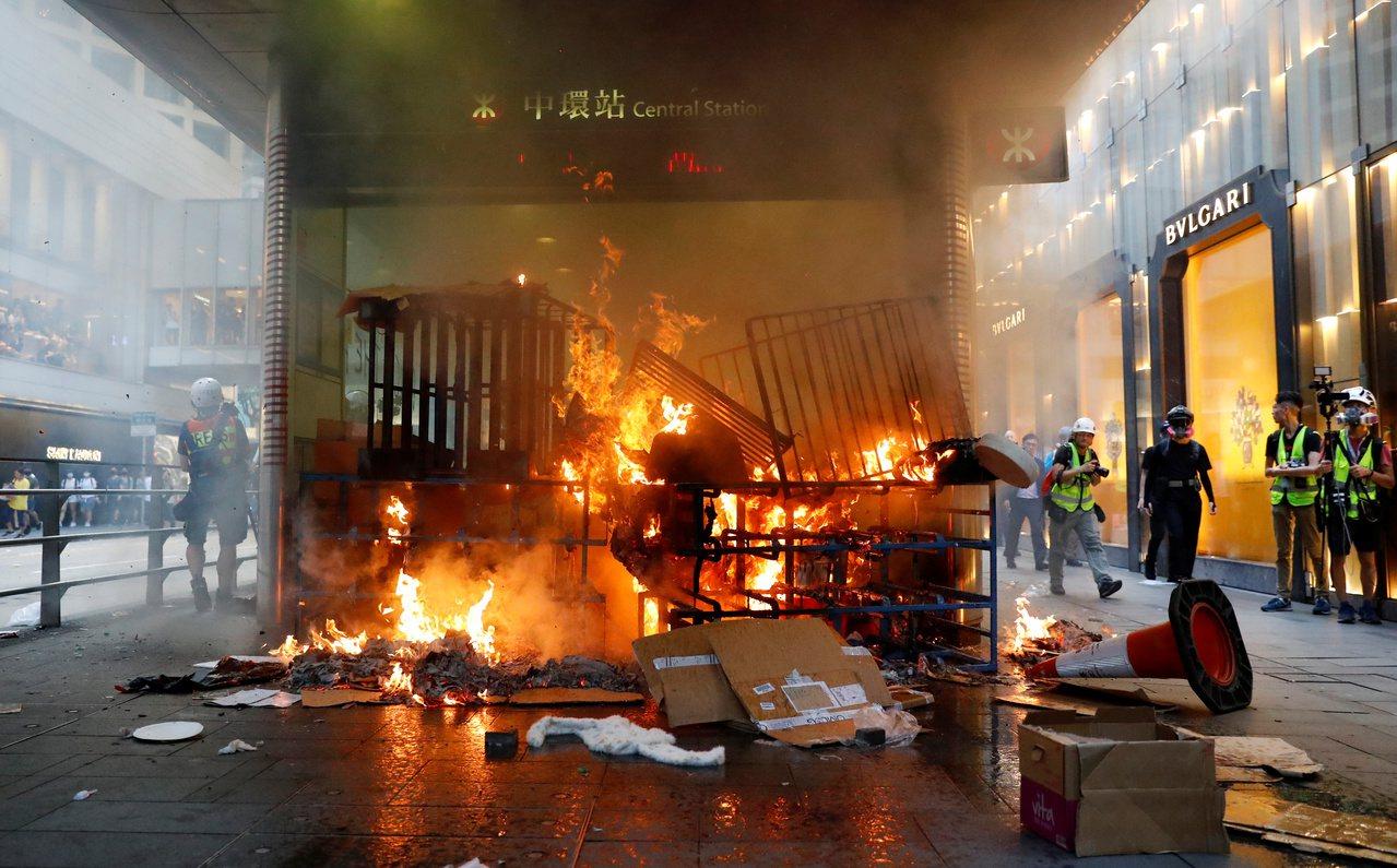 香港反送中示威遊行8日再度爆發,地鐵中環站前遭人縱火。路透