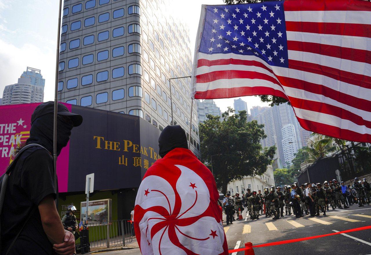 香港反送中示威行動在美中經貿戰中持續超過三個月,圖為示威者8日上街遊行,到美國駐...