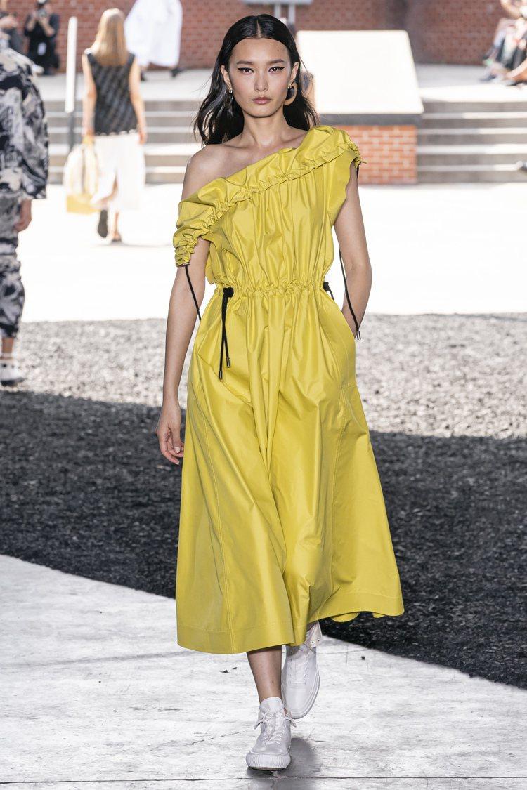 輕盈輪廓與大量束帶細節是3.1 Phillip Lim 2020春夏女裝特色。圖...