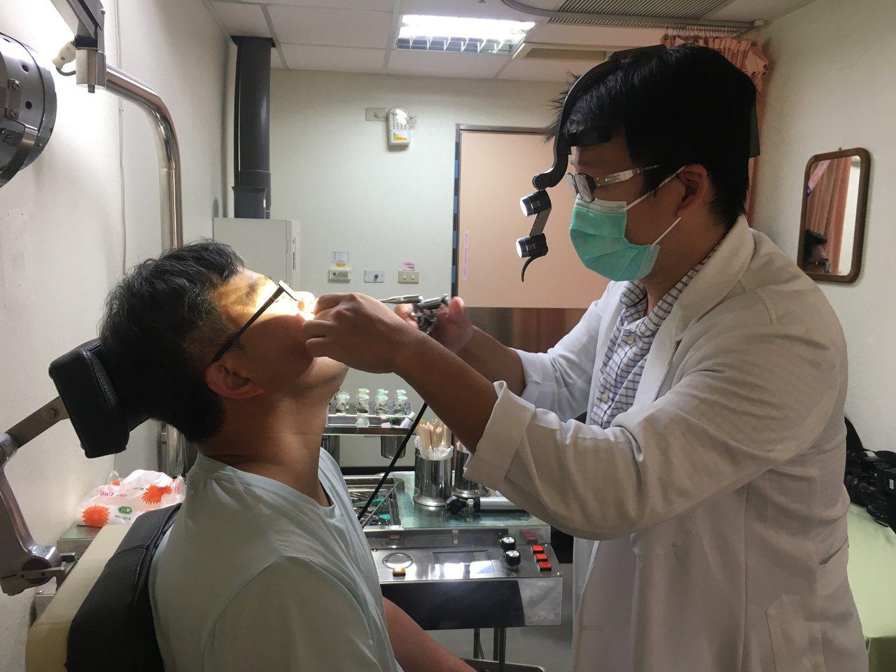 南投醫院耳鼻喉頭頸外科醫師吳昭寬(右)呼籲,若有持續鼻塞、鼻涕帶血或顏面疼痛等症...