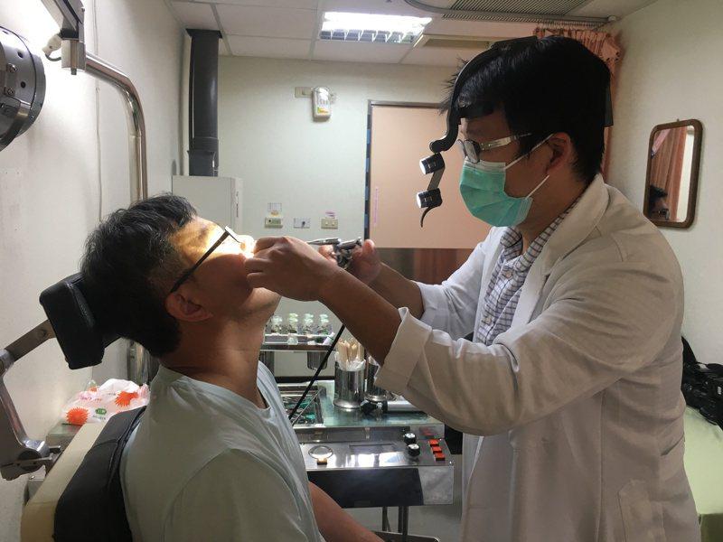 南投醫院耳鼻喉頭頸外科醫師吳昭寬(右)呼籲,若有持續鼻塞、鼻涕帶血或顏面疼痛等症狀應盡早就醫。圖/南投醫院提供