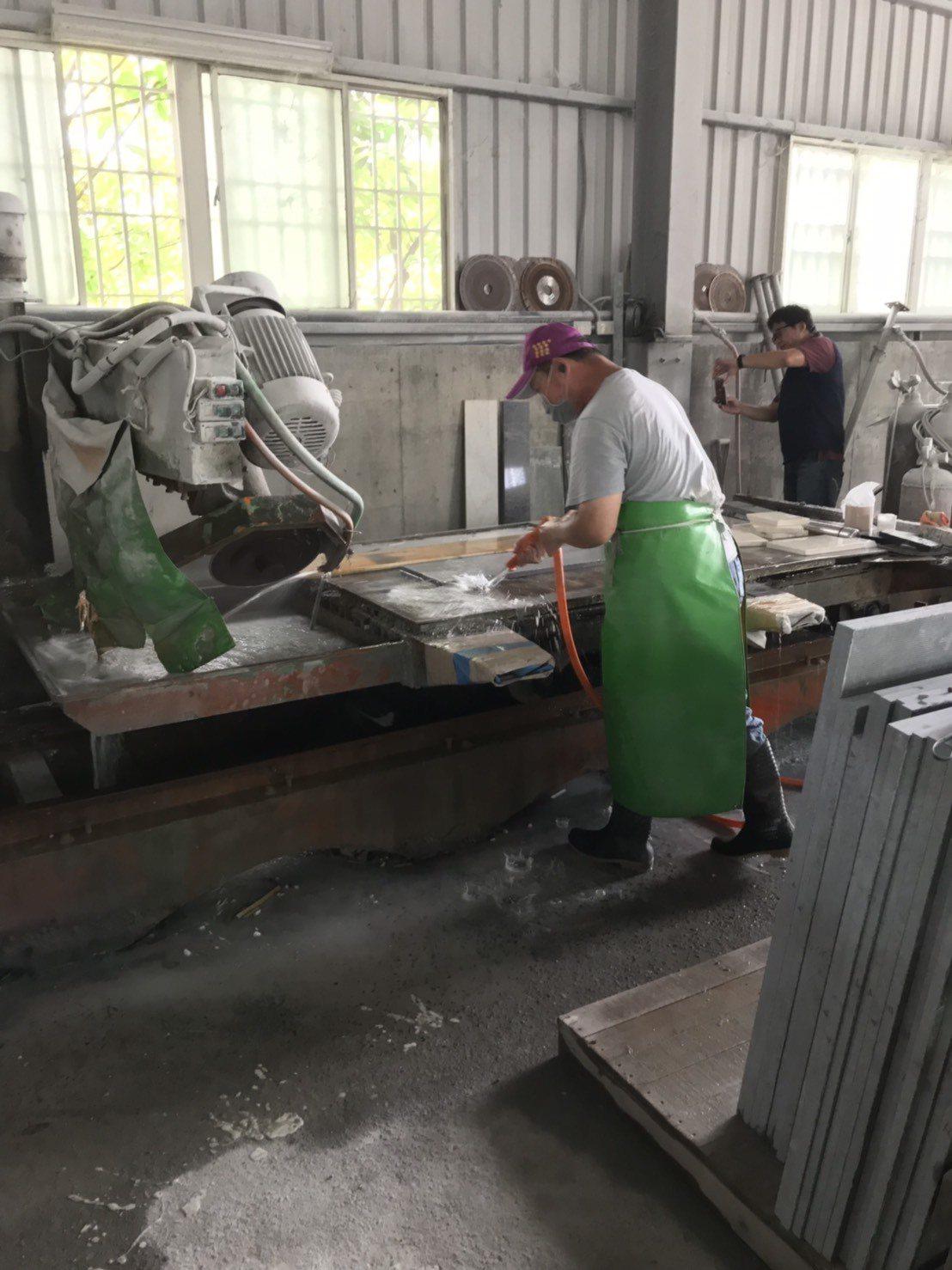 高市環保局在鳳山溪上游展開專案巡查,發現鳥松區某大理石加工廠將未經處理的乳白色汙...