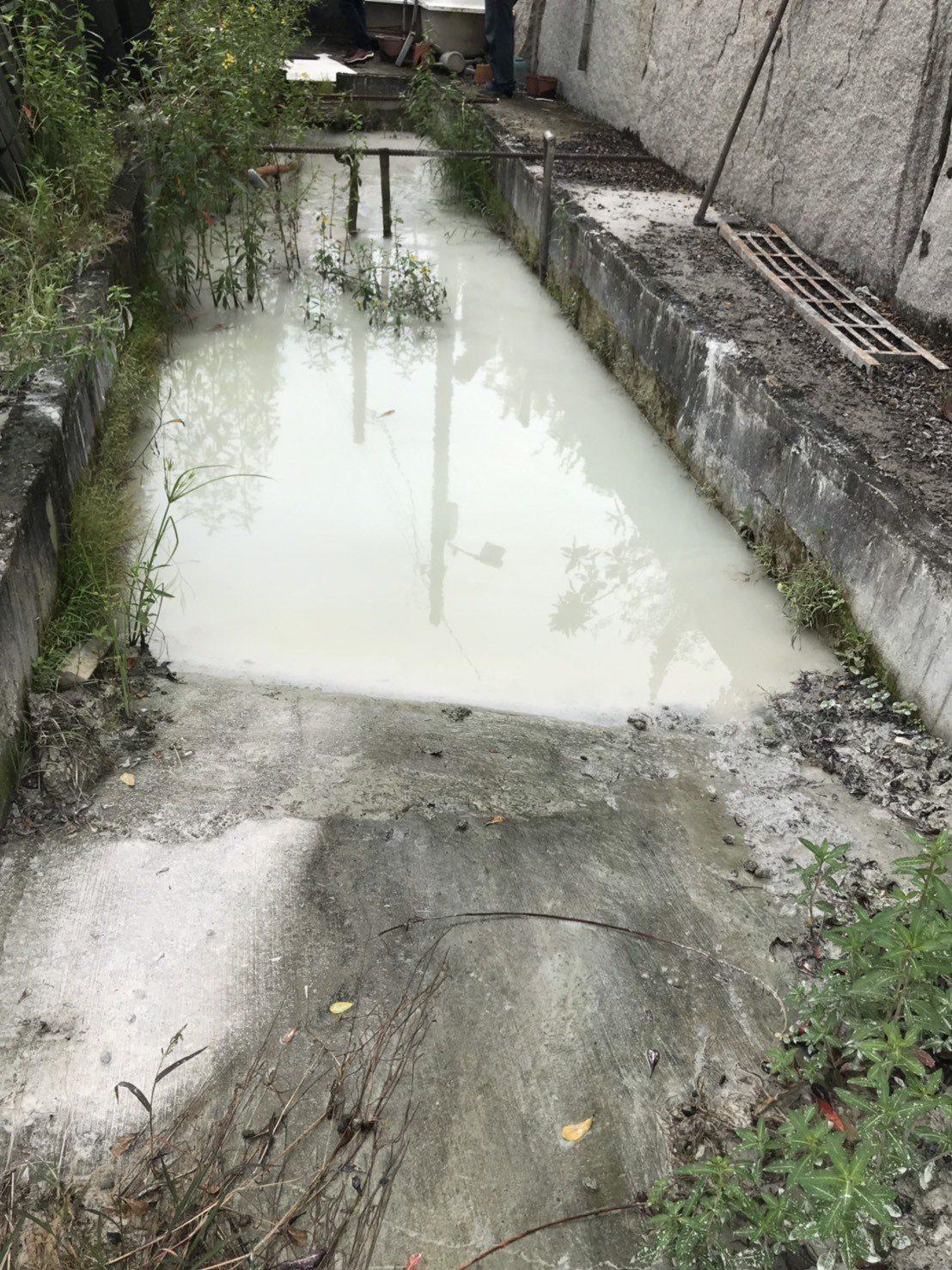 高市環保局在鳳山溪上游展開專案巡查,查獲排水溝遭排放乳白色廢汙水,稽查人員最後發...