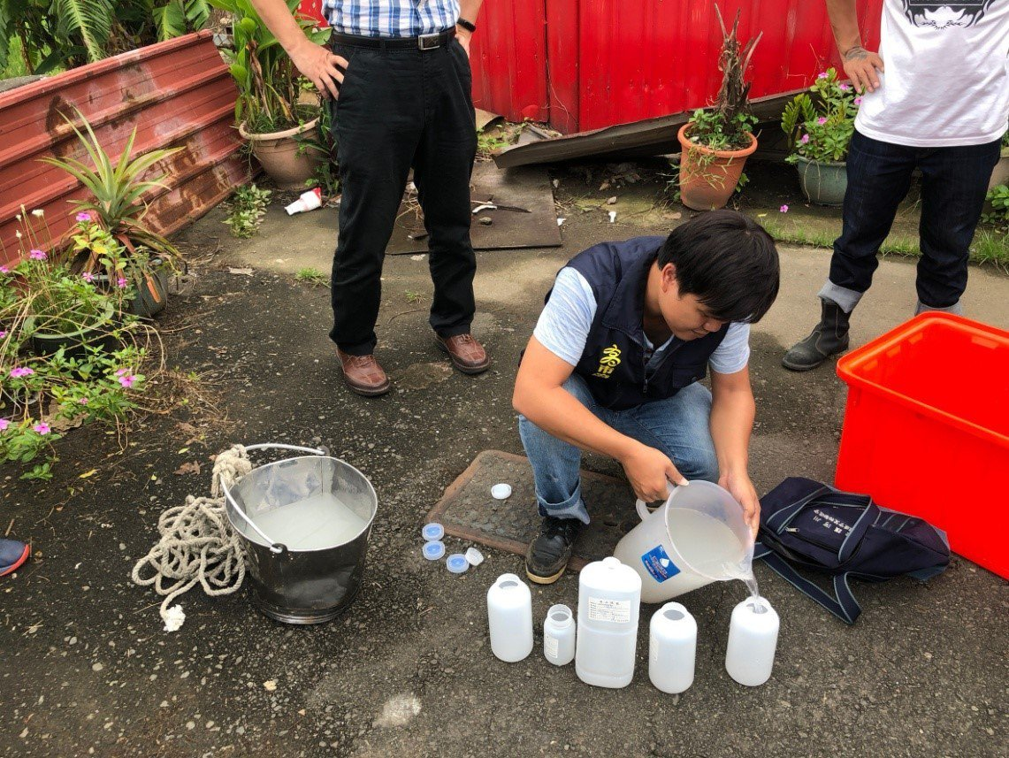 環保局稽查人員在放流水口進行採樣,若驗出放流水超標,將依違反水汙法第7條規定裁處...