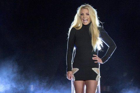 西洋天后小甜甜布蘭妮(Britney Spears)2002年因為個人生活與婚姻問題事業停擺,2007年傳出精神狀況惡化,當時法院裁定由她的父親傑米(Jamie Spears)擔任財產託管人,她卻長...