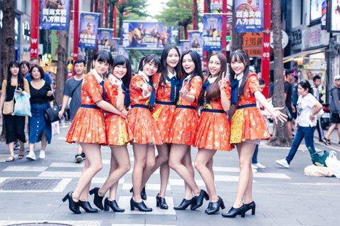 女團「AKB48 Team TP」近期努力召募二期團員,除了去馬來西亞宣傳招募,也主動出擊走上台北街頭發傳單,團員邱品涵說:「這是我第一次去馬來西亞,印象最深刻的是第一次吃了榴蓮,覺得味道、口感都很...