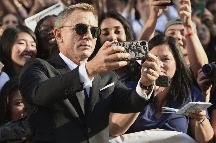 「星際大戰:最後的絕地武士」導演萊恩強森最新作品「鋒迴路轉」北美時間周六(7日)於多倫多國際影展首映,現場星光雲集,包括「007」丹尼爾克雷格、「美國隊長」克里斯伊凡、「銀翼殺手2049」安娜德哈瑪...