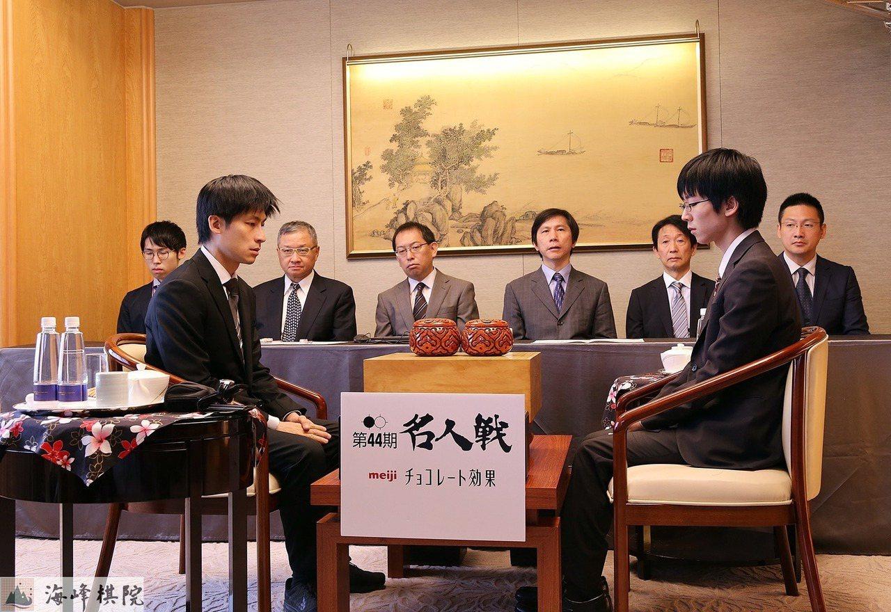 第44期名人戰第二局,芝野虎丸(右)挑戰張栩名人。圖/海峰棋院提供