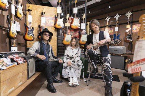 F.I.R.飛兒樂團與日本大無限樂團跨國合唱「無限青春Forever Young」,日前赴東京錄音、拍攝MV,恰巧遇到日本最熱的「猛暑日」,穿著長袖打歌服的他們得抵抗40度高溫,讓初次到日本的Lyd...
