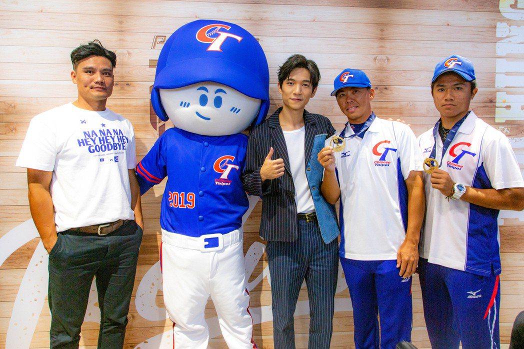 黃奕儒(右三)替中華隊打造應援歌曲。圖/相映國際提供