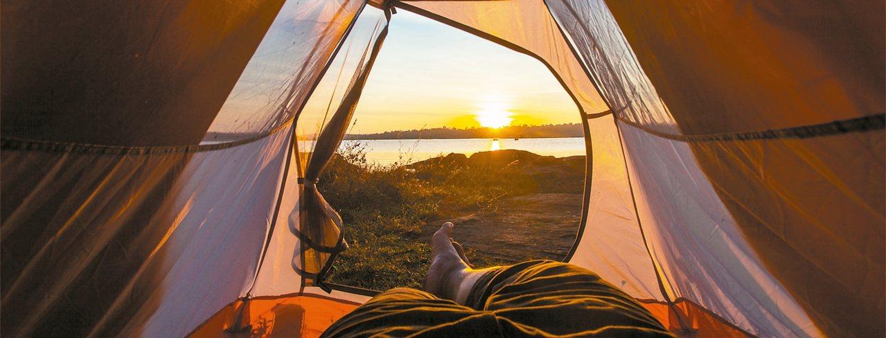 涼爽秋日最適合露營,沉浸在大自然芬多精懷抱中。 圖/摘自貴子坑露營區官網