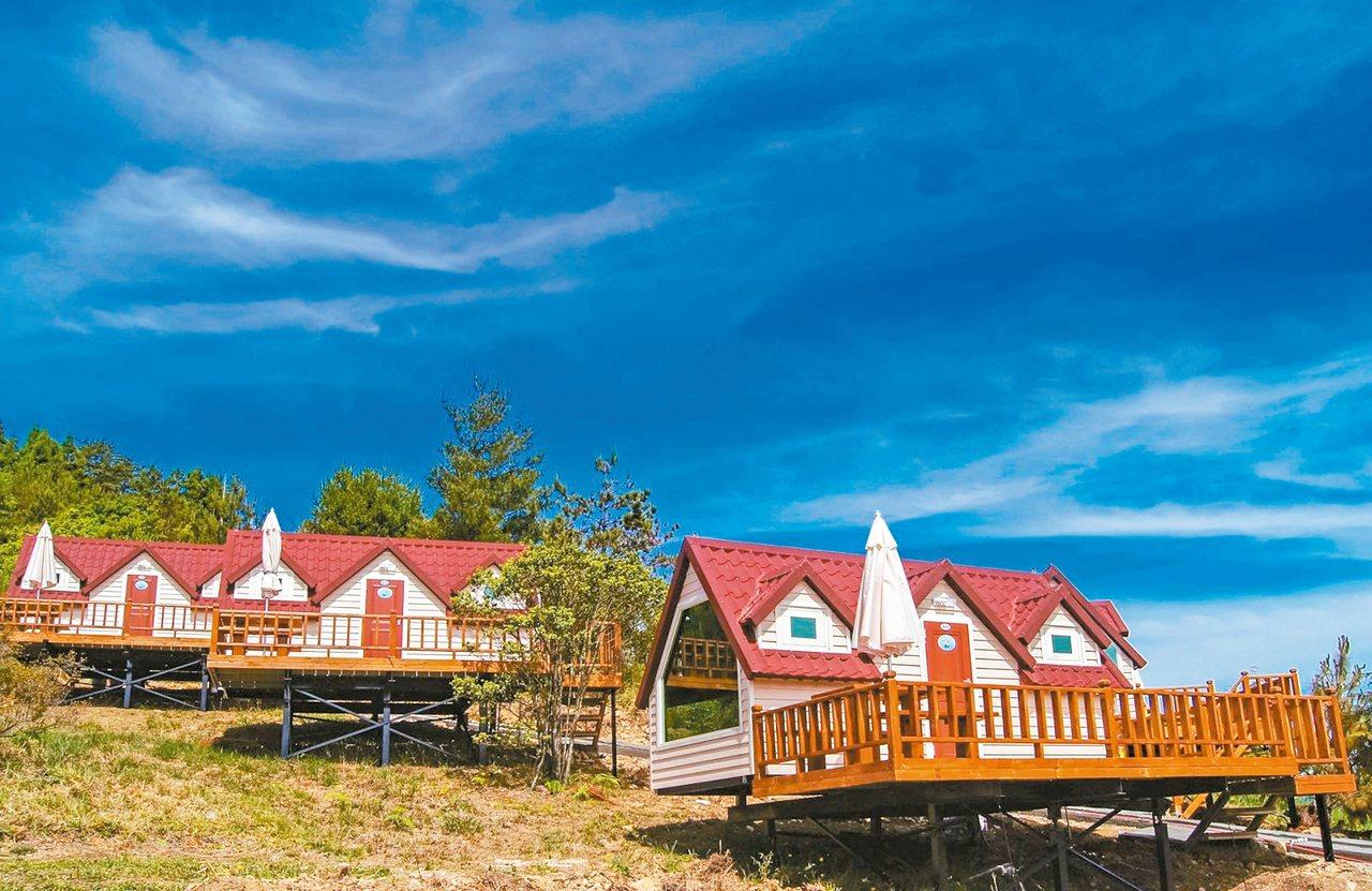 福壽山農場露營區的小木屋,可欣賞到山林景色。 圖/摘自福壽山農場官網