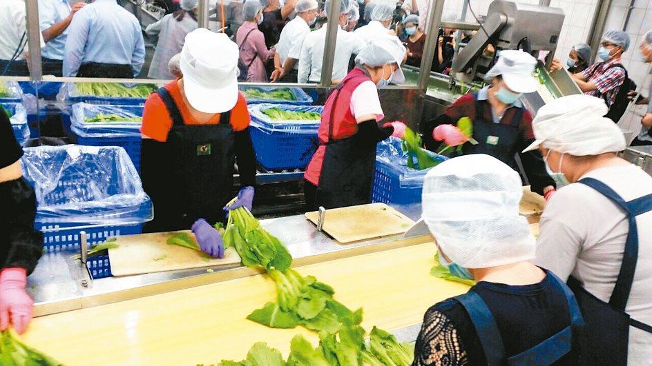 北農導入質譜儀檢驗農藥殘留,目前主要用於學校午餐有機蔬菜抽驗把關。 圖/北市教育...