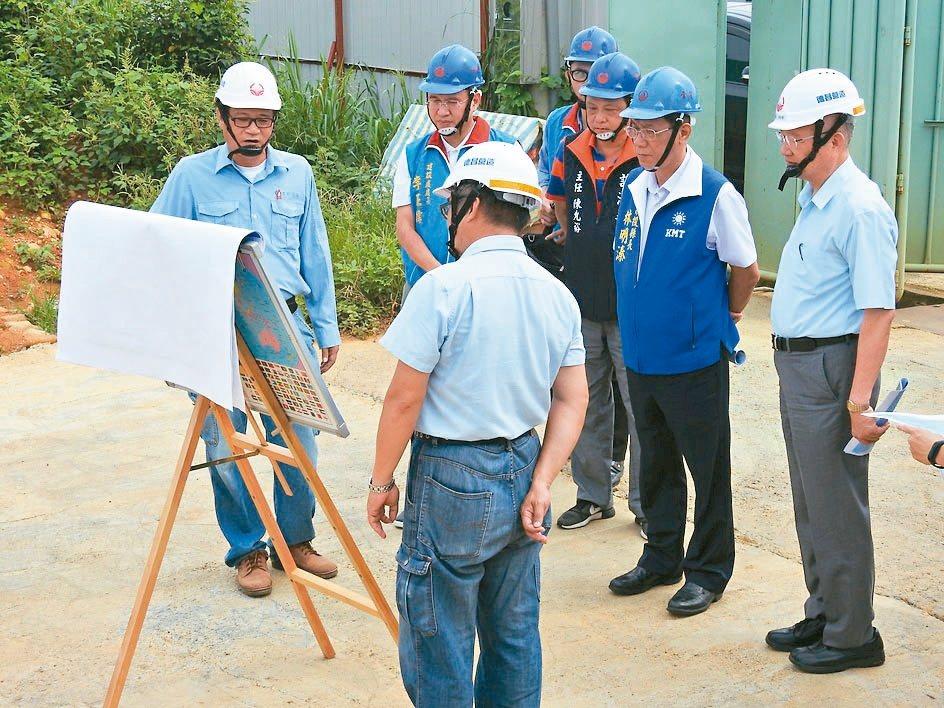 南投縣長林明溱(藍背心者)昨天視察旺來產業園區工程進度。 記者賴香珊/攝影
