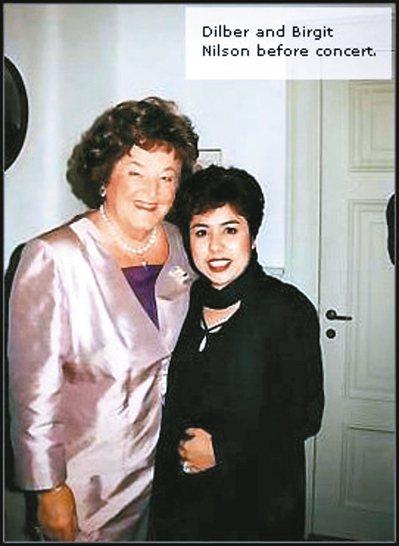 迪里拜爾(右)與傳奇女高音尼爾森於演出前合影。 圖/聯合數位文創提供