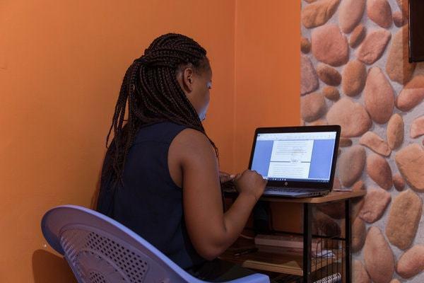 肯亞大學生姆布夸正在代寫論文情形。 圖/取自紐約時報