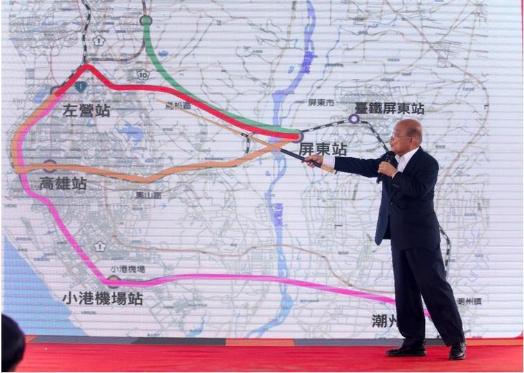 行政院長蘇貞昌用撞球桿講解高鐵南延方案。 記者劉學聖/攝影