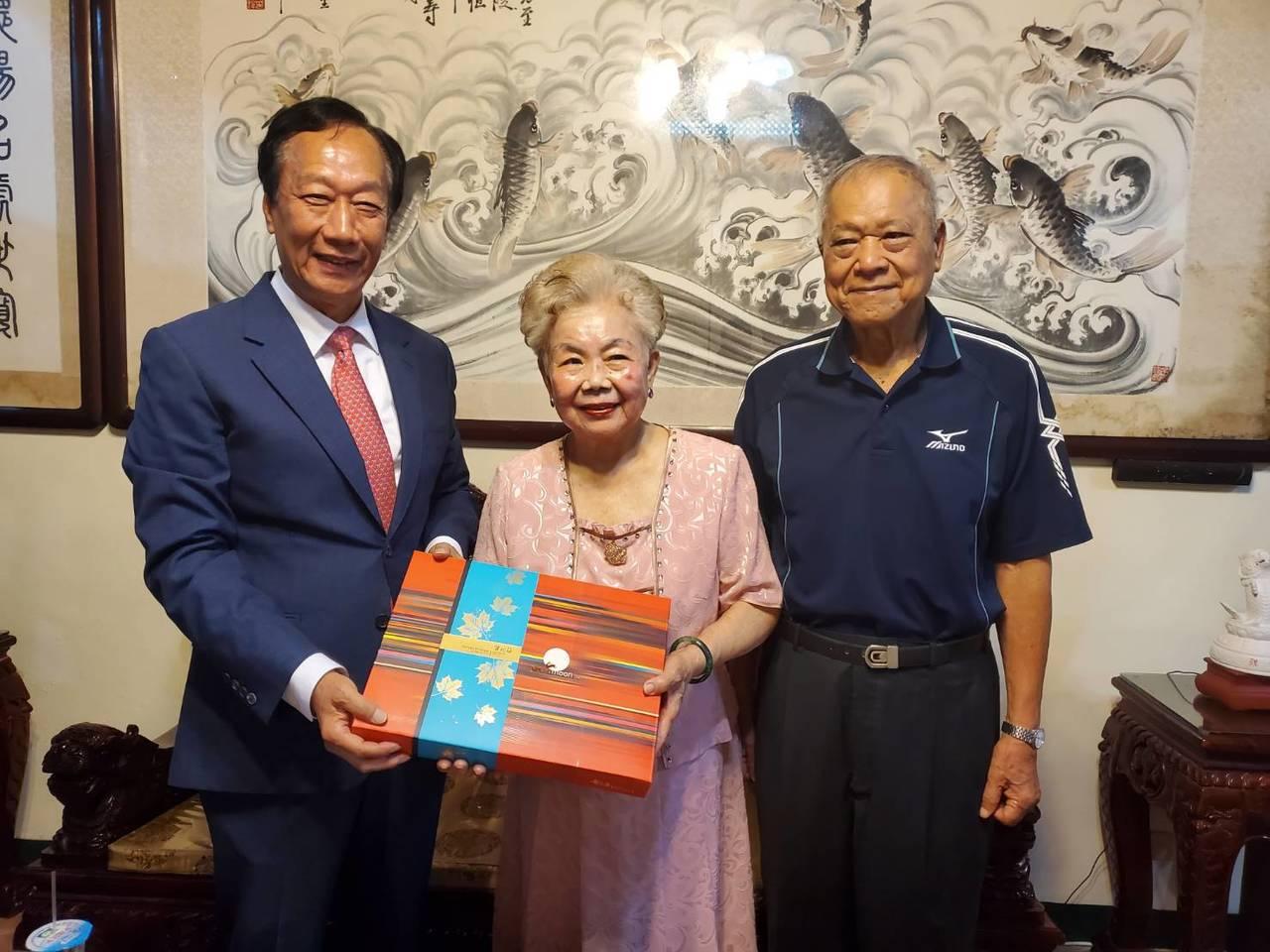 鴻海創辦人郭台銘送柯媽媽與柯爸爸的月餅。圖/郭台銘辦公室提供