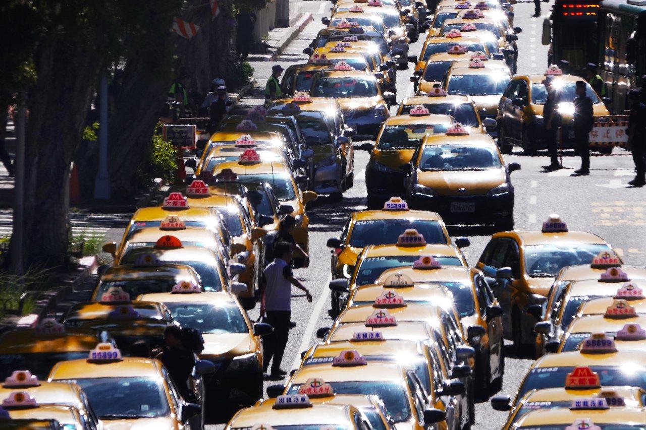 反對Uber非法營業藉故延長效期,計程車駕駛上午以慢行圍繞行政院周邊。記者陳正興...