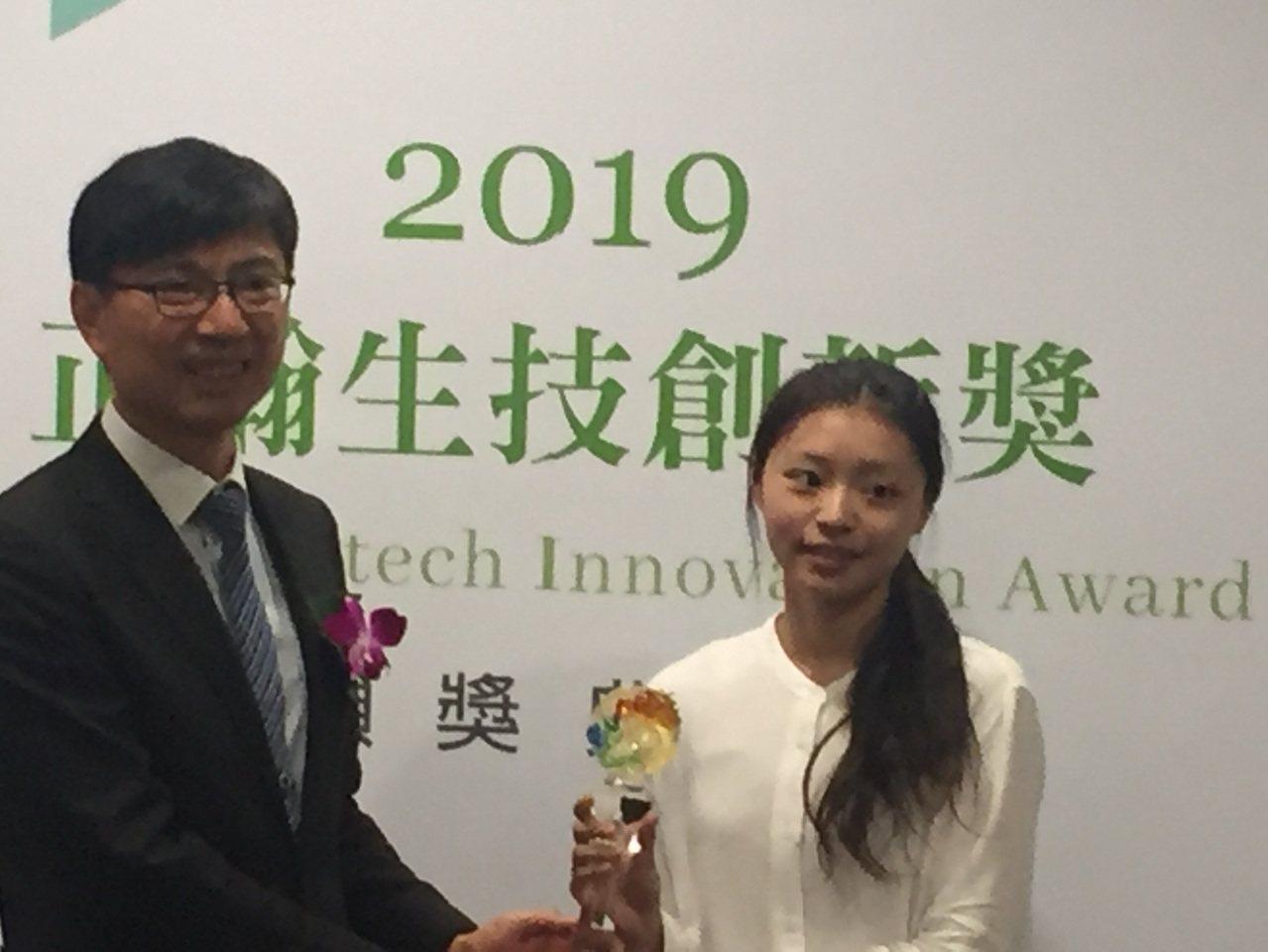 台灣大學大植物病理與微生物學系碩士生方如瑩(右),獲得第一屆「正瀚生技創新獎」金...