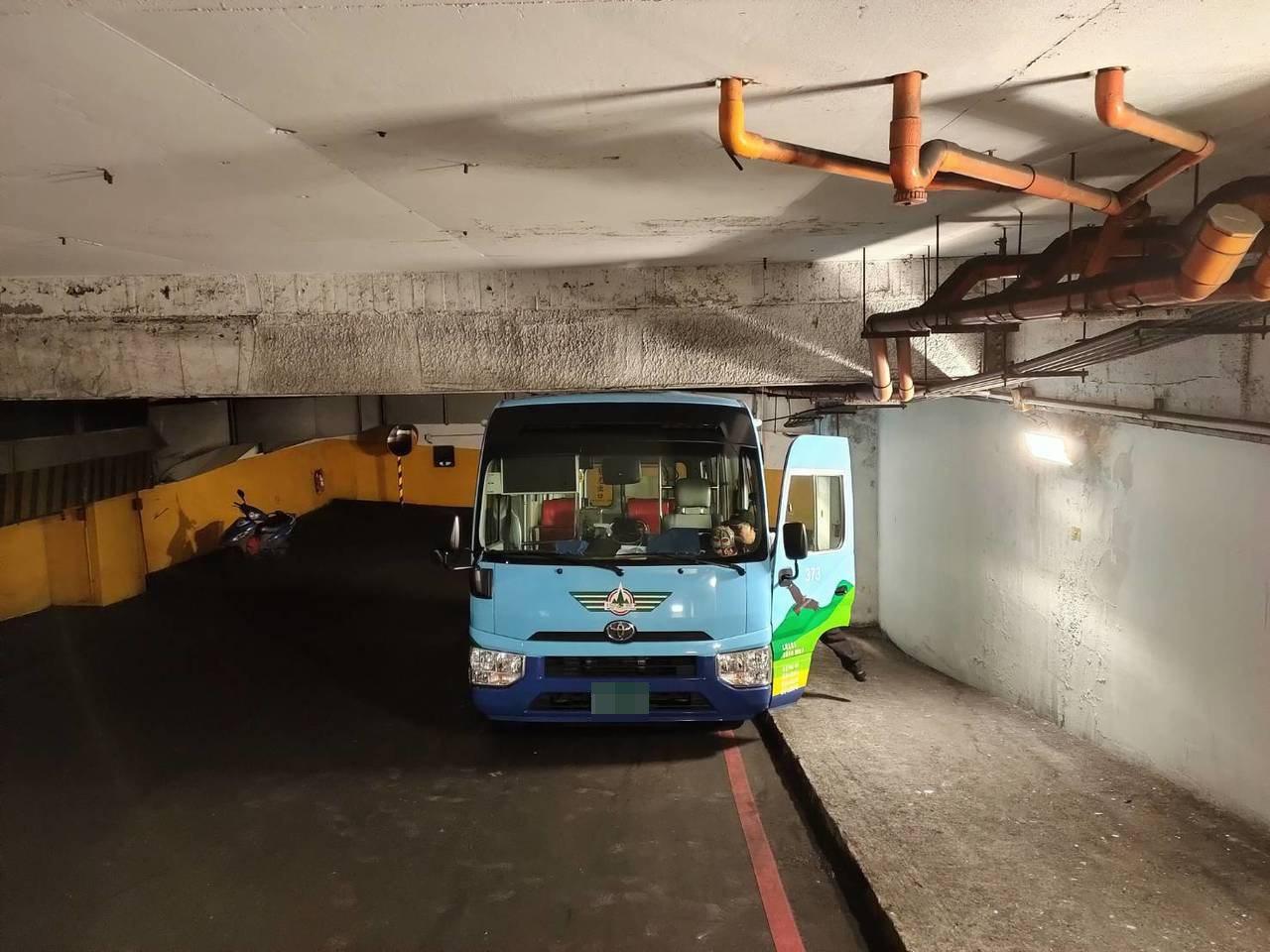 2公車卡在基隆迴車塔數十乘客下車走,洩氣試脫困。圖/議員楊石城提供