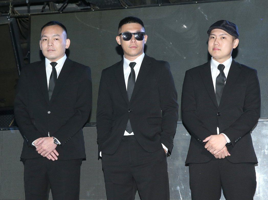玖壹壹春風(左起)、健志與洋蔥,慶祝成軍10週年。記者林澔一/攝影