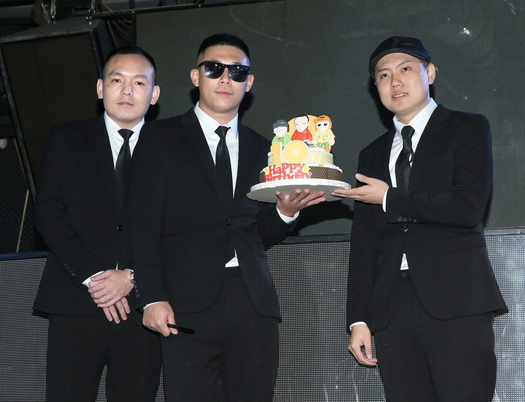 玖壹壹慶祝成軍10週年,春風(左起)、健志與洋蔥開心切蛋糕。記者林澔一/攝影