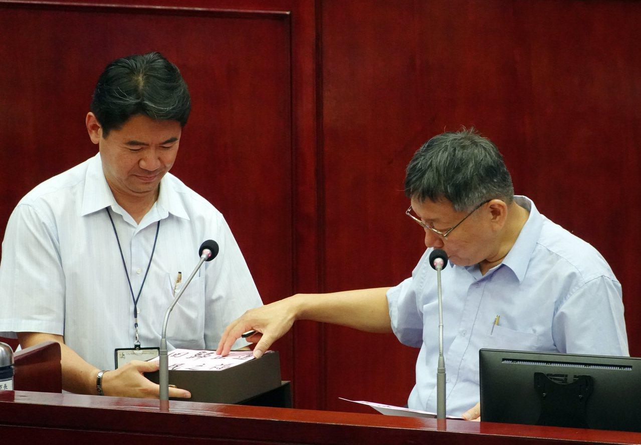 台北市長柯文哲昨天到議會施政報告並備詢,議員送月餅諷民調差要專心市政,柯文哲表示...