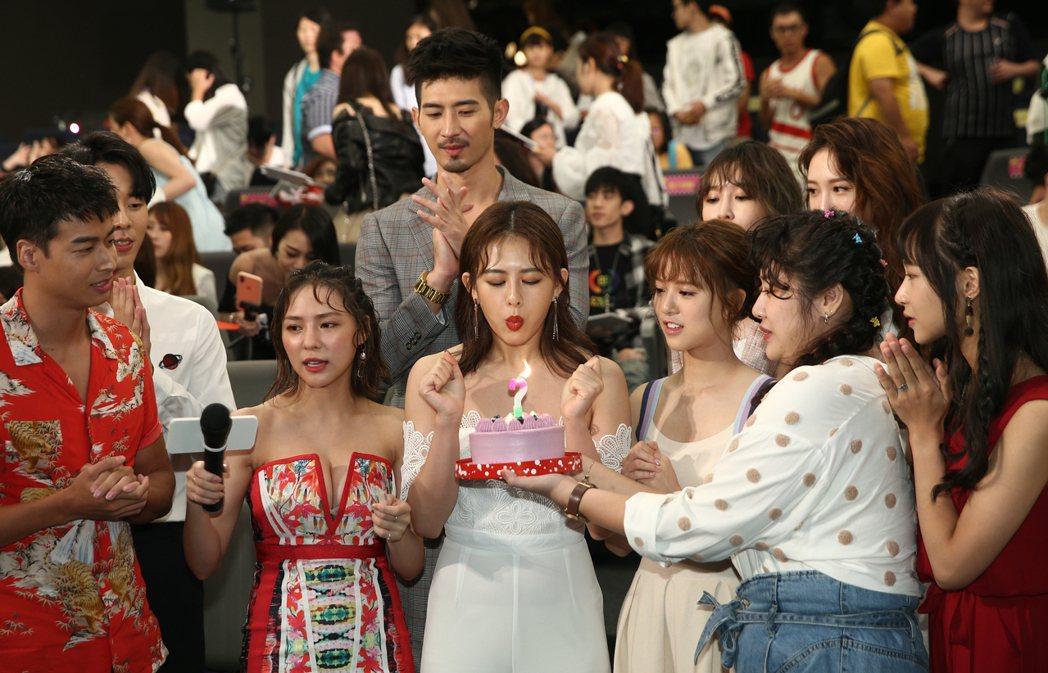 《網紅的瘋狂世界》電視劇舉行網紅派對,所有人爲姚亦晴(中)慶生。記者蘇健忠/攝影