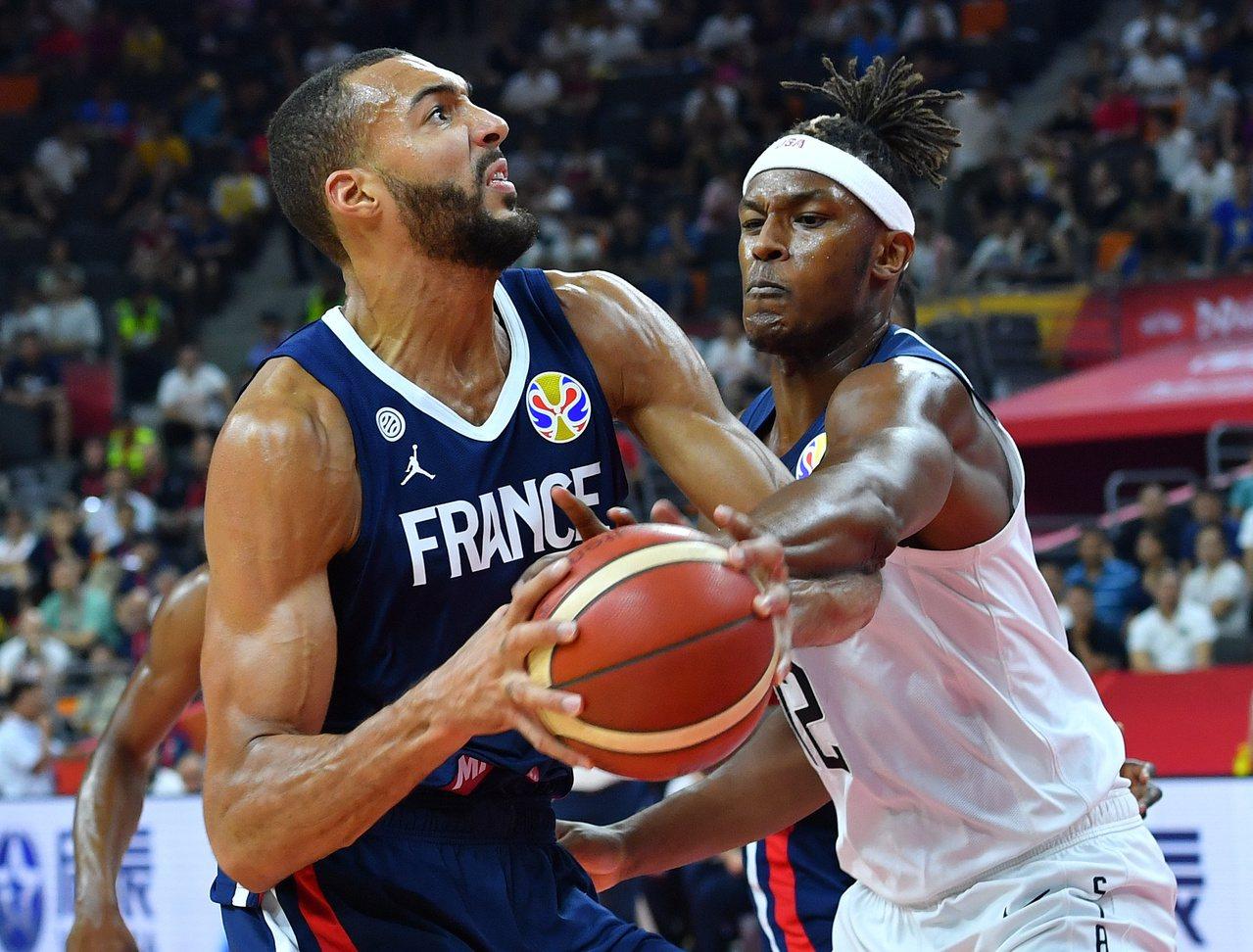 法國戈貝爾攻下21分16籃板壓美國。 新華社