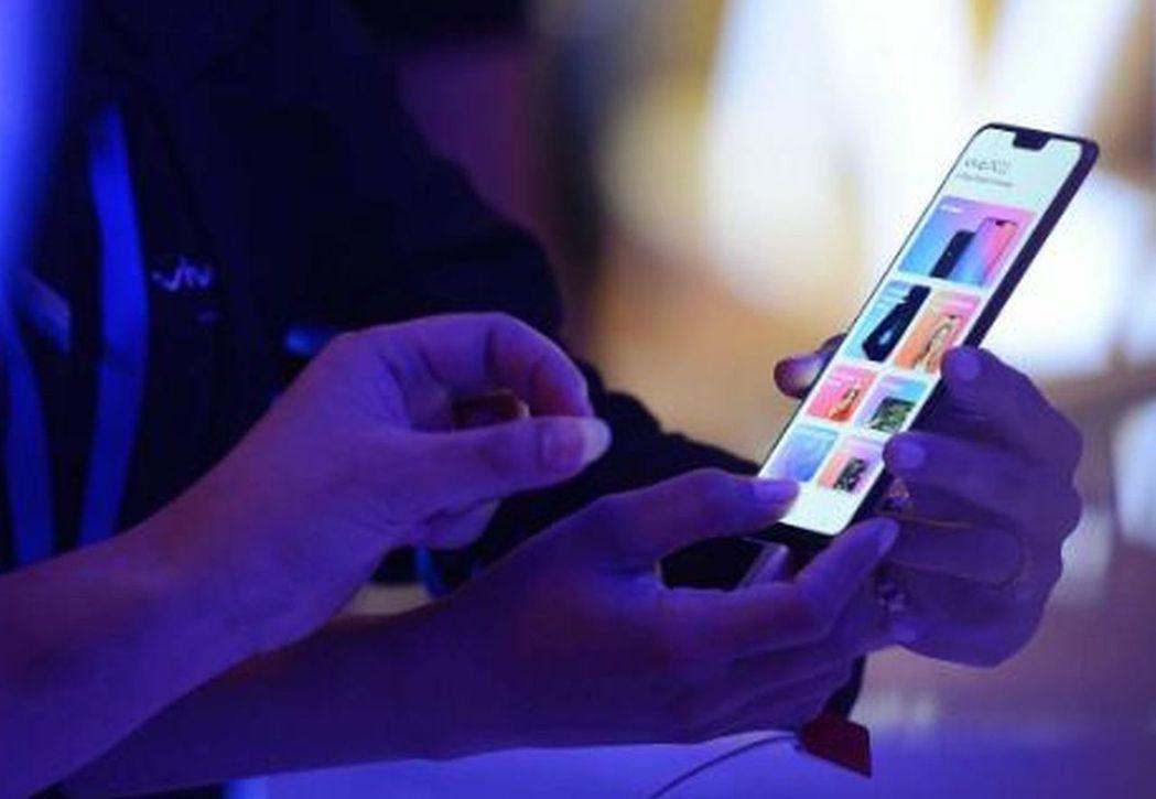 不少人從手機上的短影音模倣一些危險動作。圖/翻攝自國搜報刊