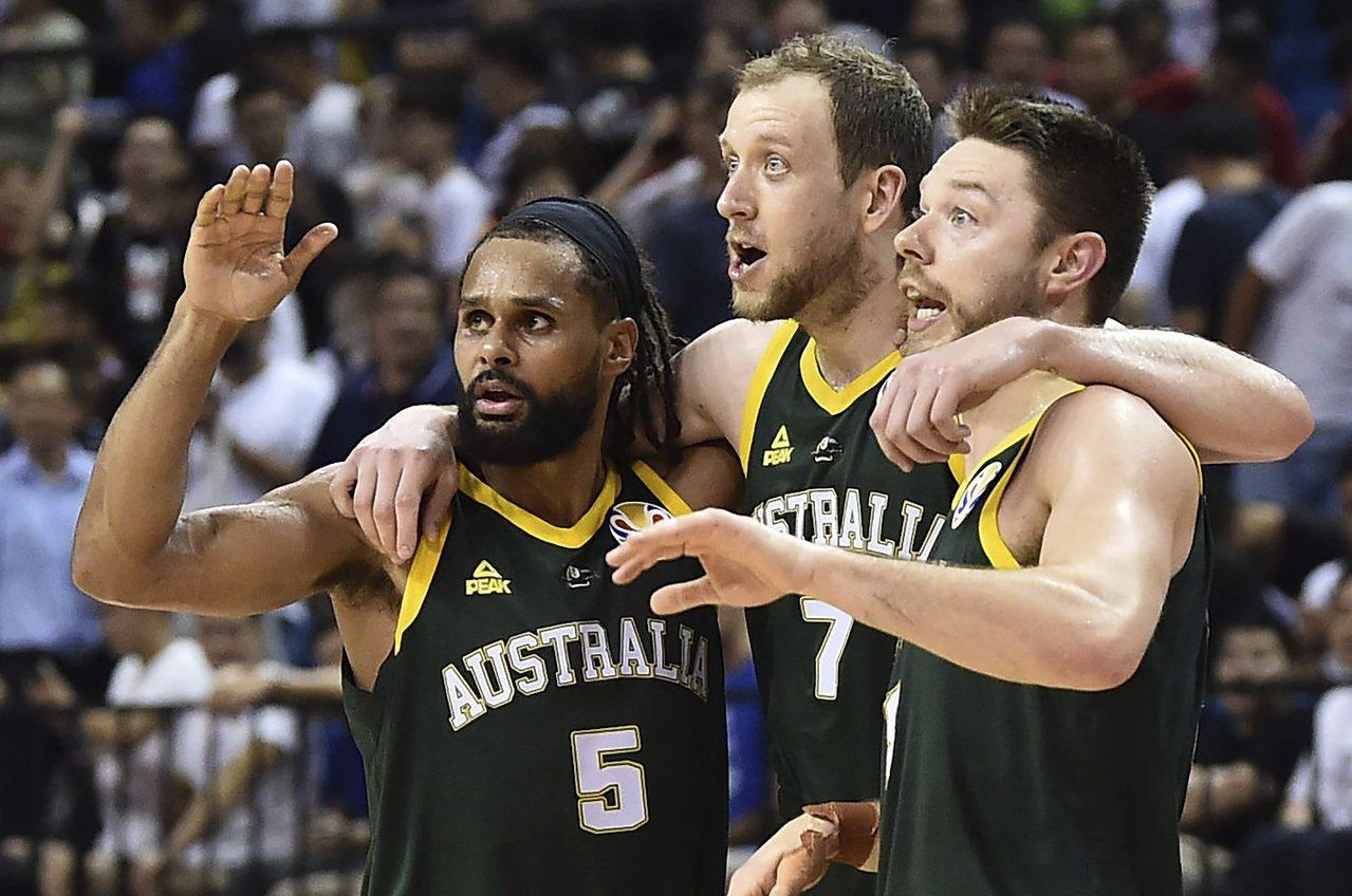 米爾斯(左)助澳洲擊敗捷克。 美聯社
