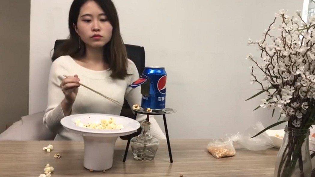 網紅「辦公室小野」用易開罐做爆米花。視頻已下架。圖/翻攝自微博