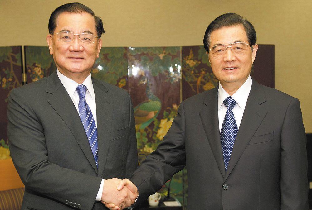 連戰(左)與胡錦濤(右)。圖/聯合報系資料照片