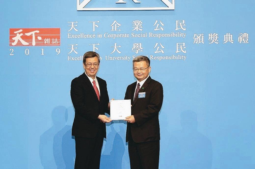 國泰證券董事長莊順裕(右)代表領獎。 國泰/提供