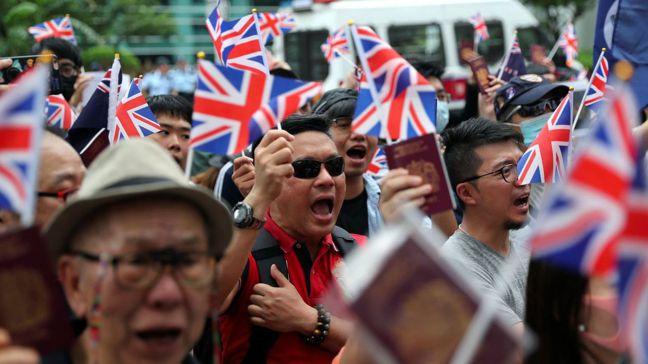 許多港人盼再當英國人,圖為香港民眾本月初聚集在英國駐香港總領事館外舉行集會。圖/...