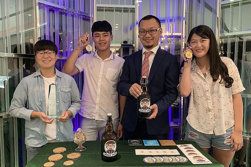 元智大學學生段映竹(左起)、楊浚良、藍祺偉教授、陳姵慈。 元智大學/提供