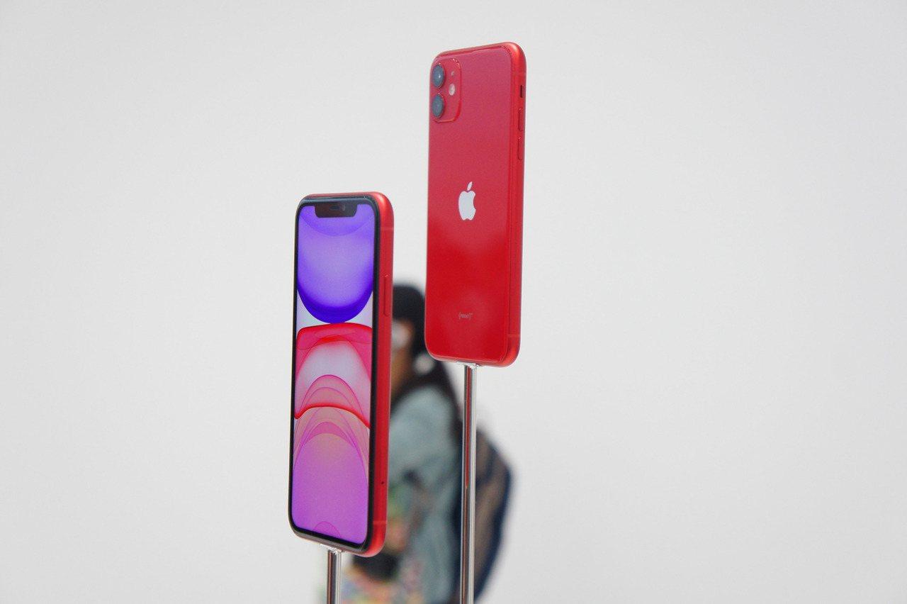 蘋果公司10日在美國總部Apple Park發表新iPhone,圖為6.1吋配備...