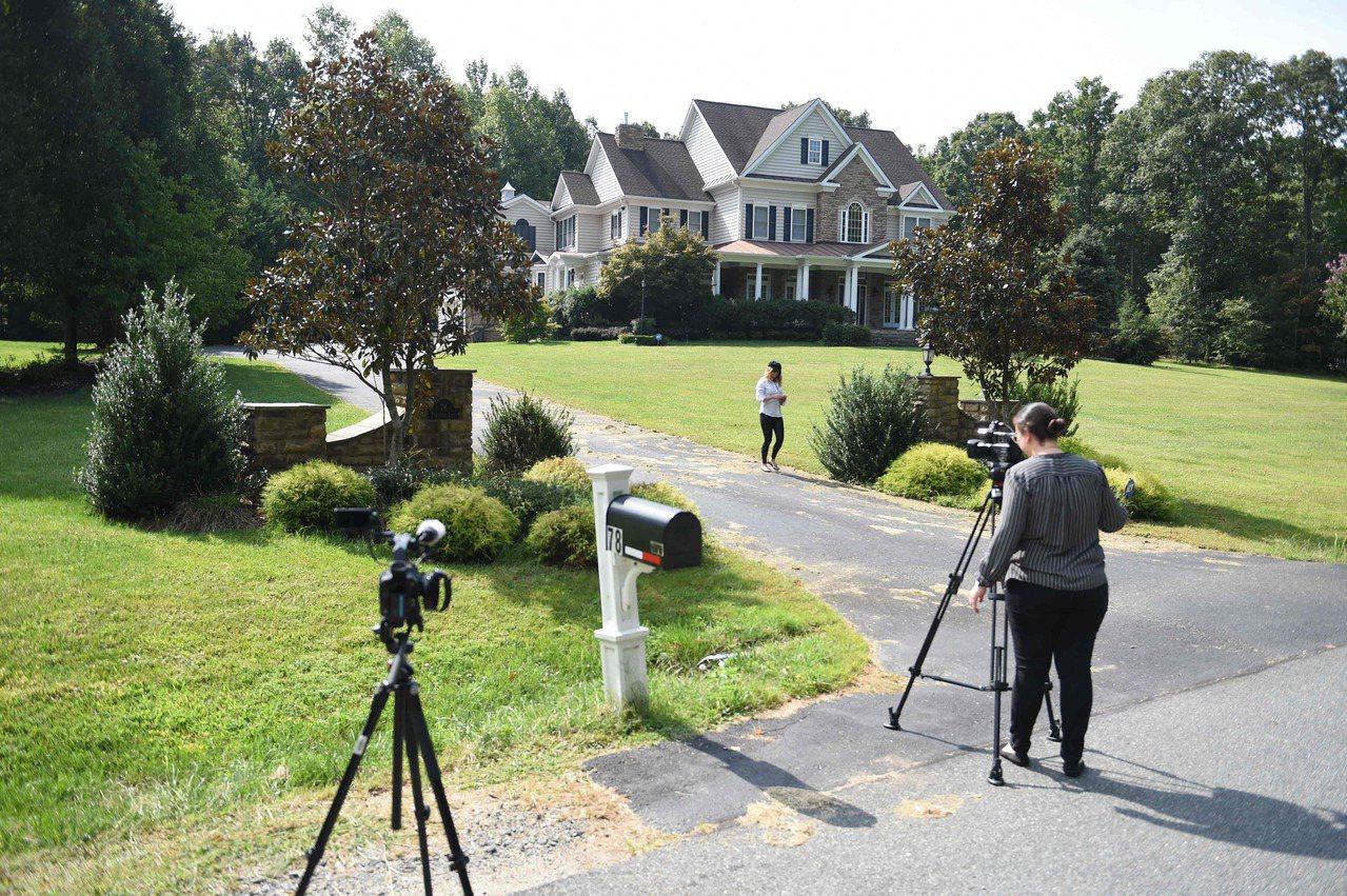據說這是美國間諜斯莫連科夫在維吉尼亞州的住宅,美國媒體在案情曝光後,紛紛趕到現場...