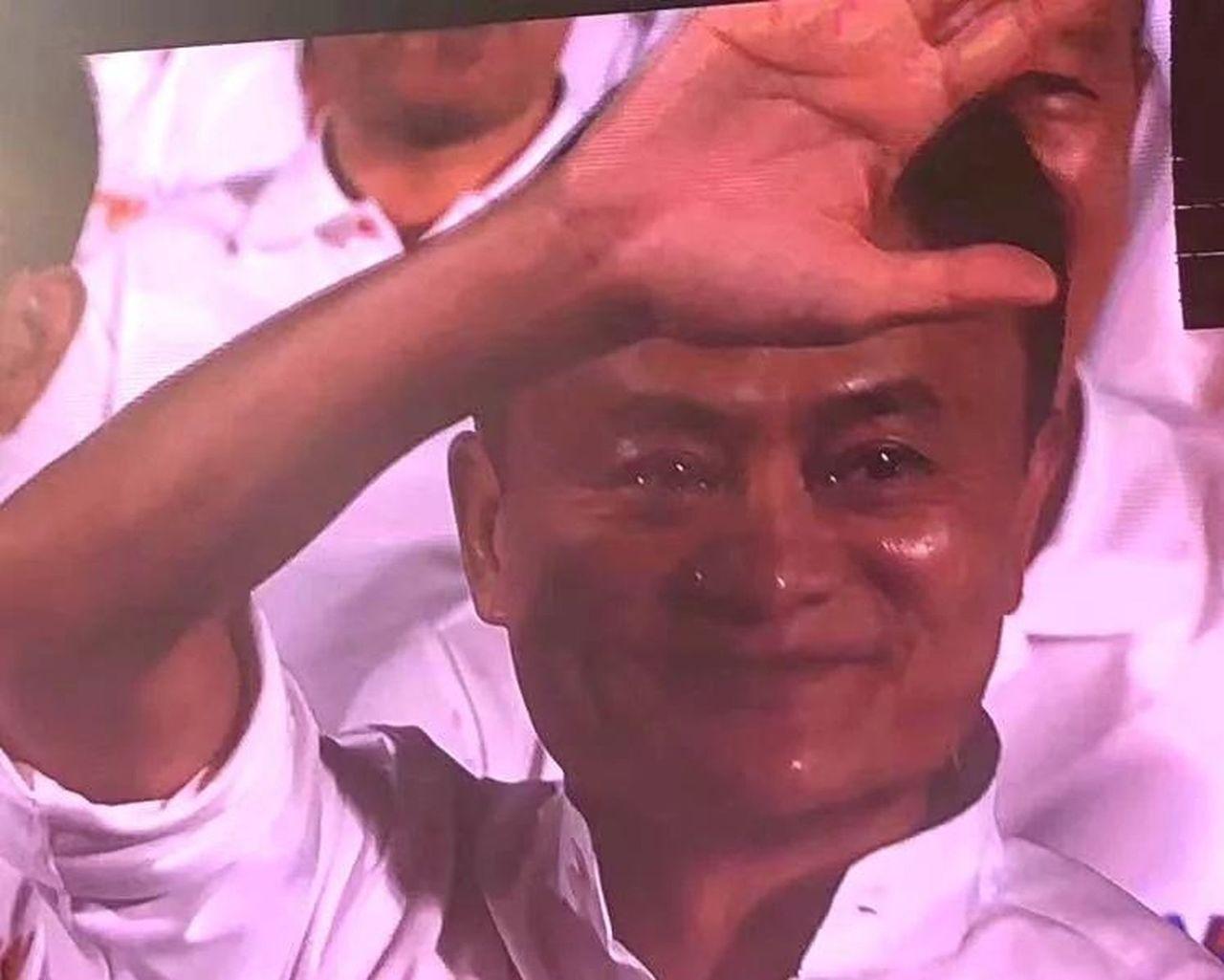 在阿里巴巴20周年晚會上,馬雲被拍到熱淚盈眶。 取材自微信