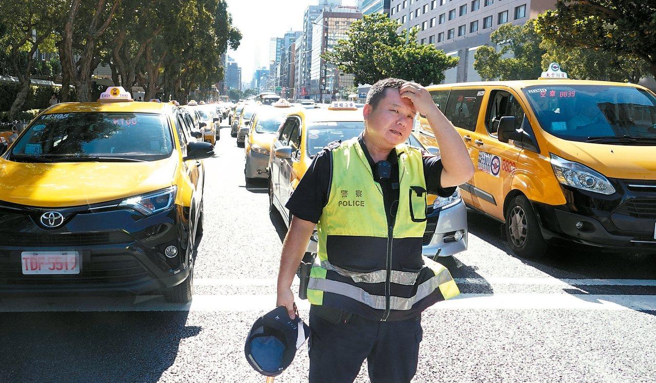 計程車駕駛上午以慢行圍繞,要求Uber條款執法日不得延期。 記者陳正興/攝影