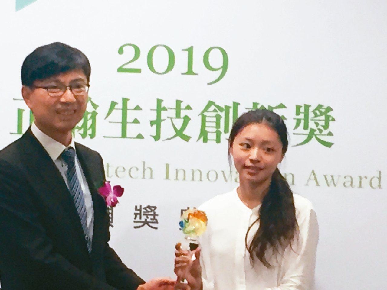 台大碩士生方如瑩(右),獲得第一屆「正瀚生技創新獎」金獎,獨得20萬元獎學金。 ...