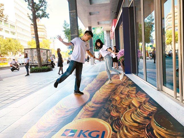 凱基銀行挑選財位設置3D彩繪發財互動區,讓人享受陷入錢堆的快感,成為網美熱門打卡...