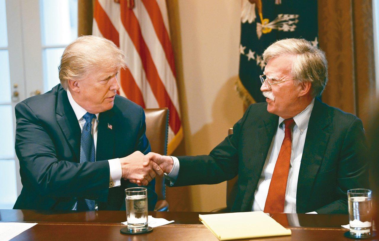 美國總統川普(左)10日換掉國安顧問波頓(右)。 美聯社