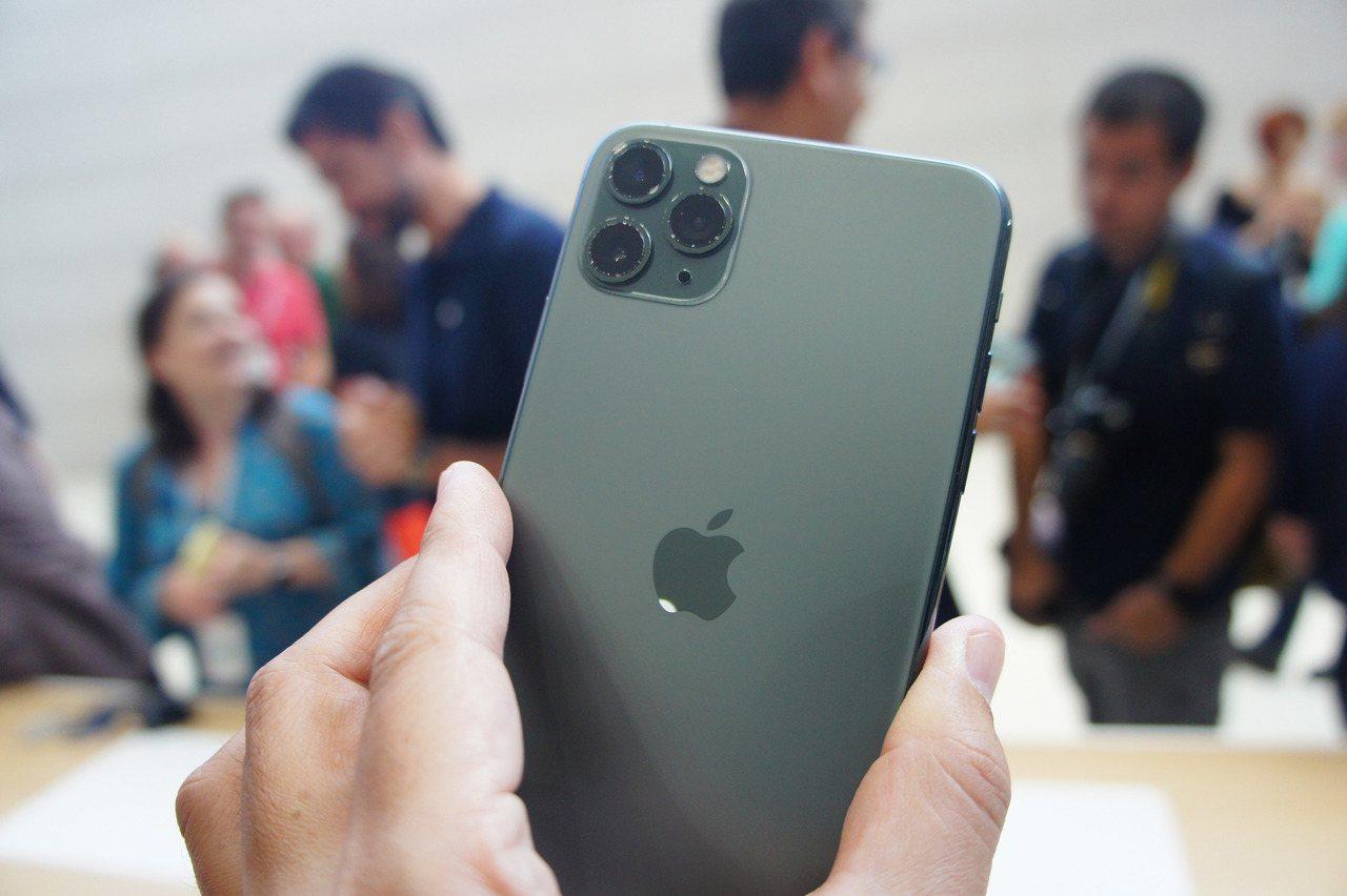蘋果公司在美國總部Apple Park發表3款新iPhone,圖為配備3鏡頭的i...