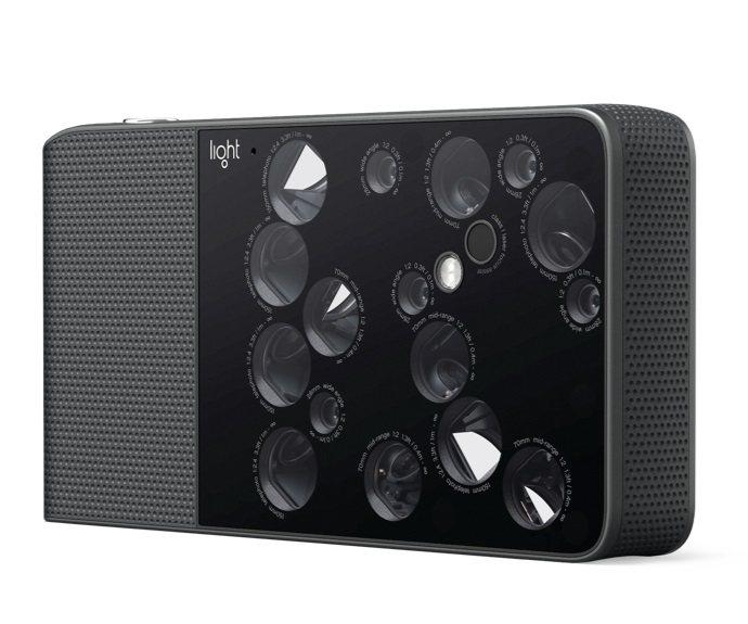 光是比相機的鏡頭數,也有網友貼出Light L16機身背後的 16顆鏡頭模組照,...