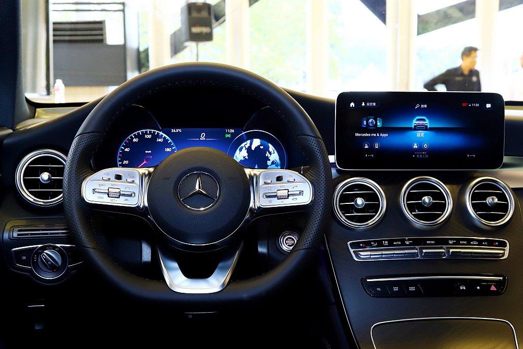 小改款賓士GLC跟進搭載MBUX車載多媒體系統,可利用方向盤上的觸控面板進行快速...